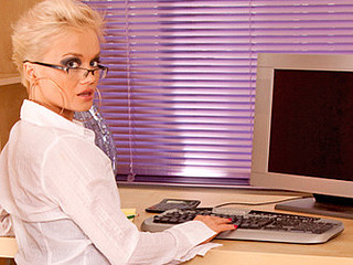 Unplanned haired golden-haired secretary bonks will not hear of cookie with regard to a vibrator