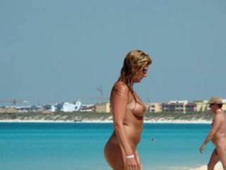 Bare-ass strand voyeur