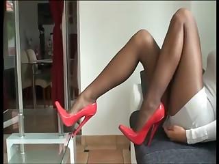 Rote Uncultured Heels und Nylon