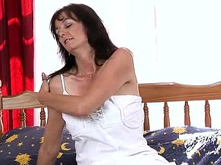 Schlong starved housewife uses her vibrator to get lacking